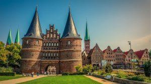 Das Bild zeigt das Holstentor in Lübeck mit Blick auf die Altstadt