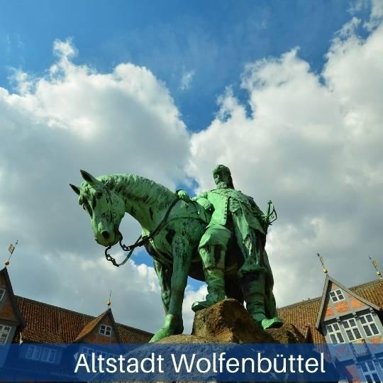 Das Bild zeigt eine Statue auf dem Markt von Wolfenbüttel
