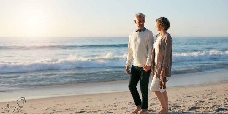 Senioren genießen ihre Freizeit am Strand