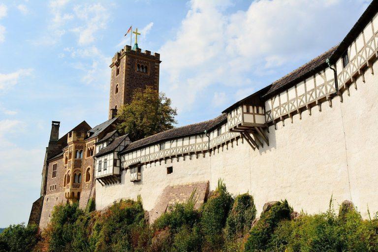 Die Wartburg in Eisenach mit ihren historischen Mauern