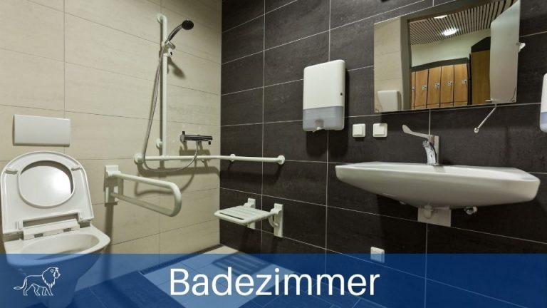 Badzimmer mit ebenerdiger Dusche und Duschhocker damit Senioren barrierefrei wohnen