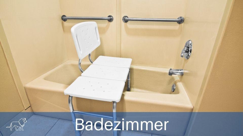 Das Bild zeigt einen Badewannenlift in einem Badezimmer