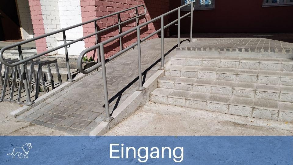 Das Bild zeigt eine Rollstuglrampe am Eingang eines Hauses um barrierefrei wohnen zu können
