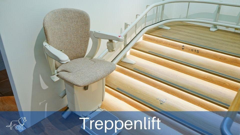 Das Bild zeigt einen Treppenlift in einem beleuchteten Treppenhaus